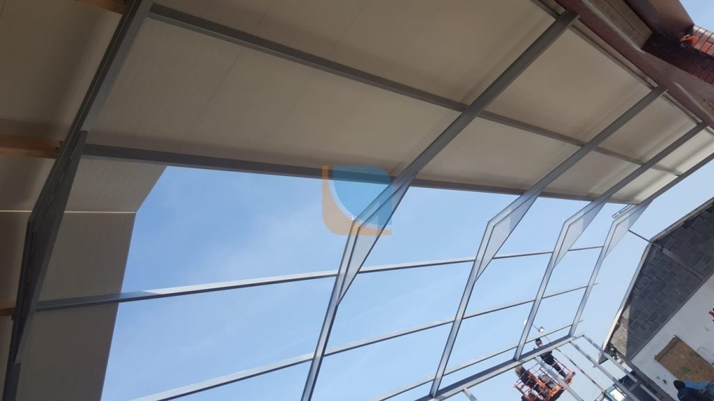 otwór w dachu na świetlik dachowy