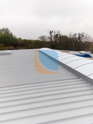 Zamontowany świetlik dachowy na dachu przemysłowym