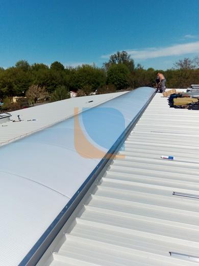 świetlik dachowy podczas montażu