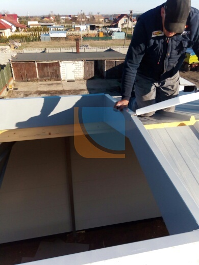 Montaż ceowników w otworze dachowym