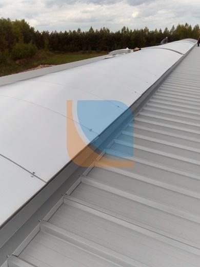 świetlik dachowy z zamontowanymi płytami poliwęglanowymi