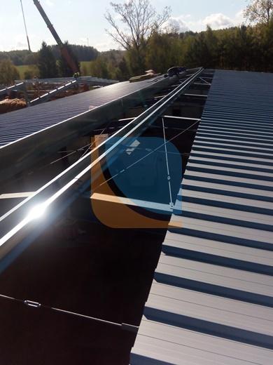 świetlik dachowy kalenicowy podczas montażu