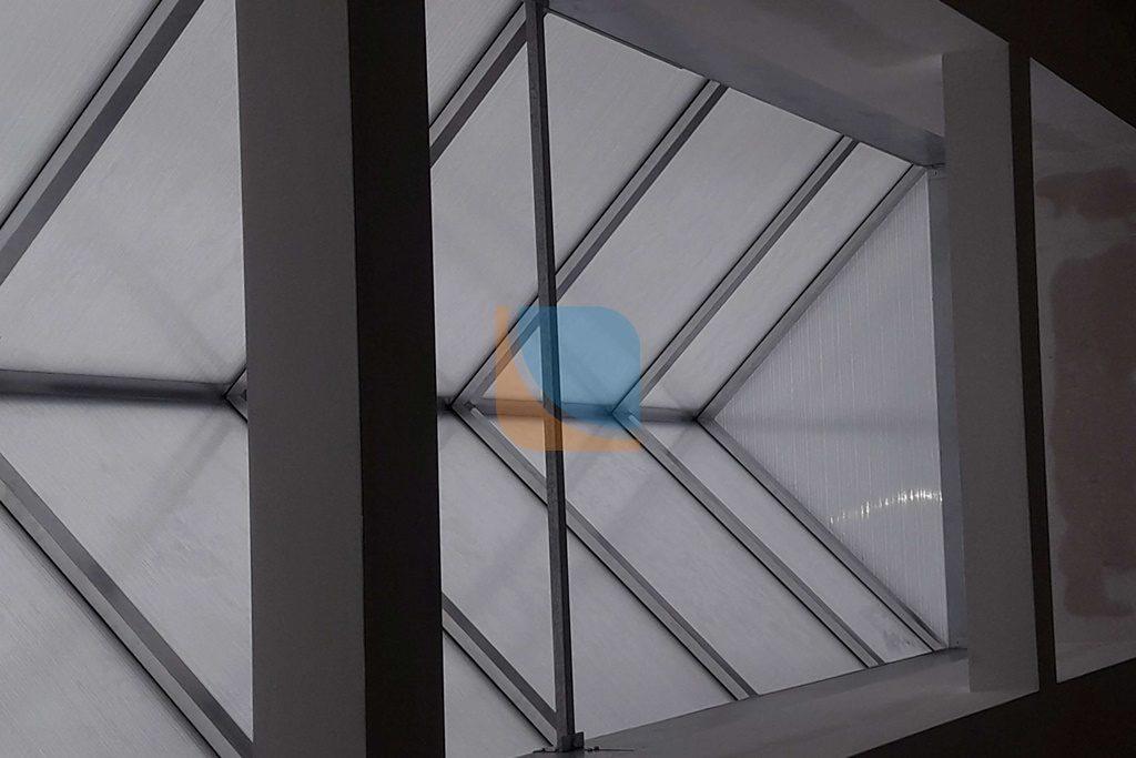 Świetlik dachowy trójkątny od wewnątrz
