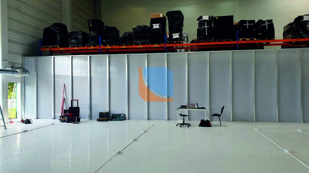 Ściana działowa o wysokości 4m wykonana z profili aluminiowych i poliwęglanu